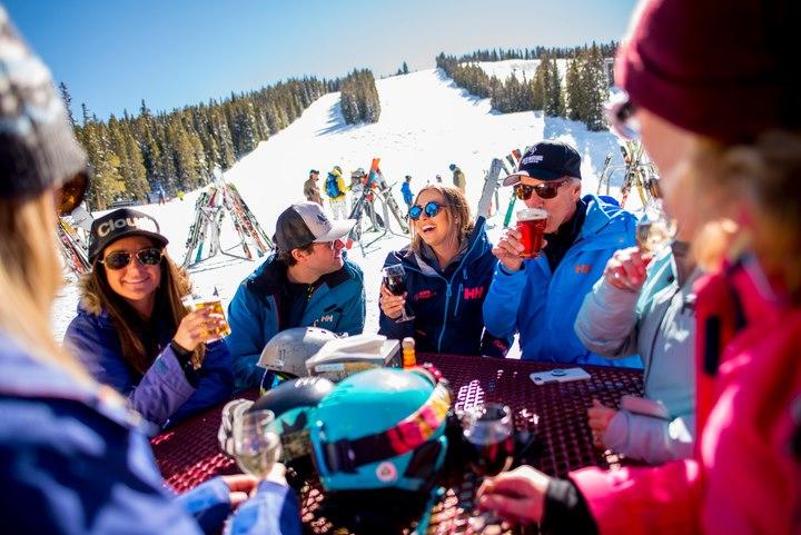 En los últimos siete días, las montañas de Aspen Snowmass recibieron un metro de…
