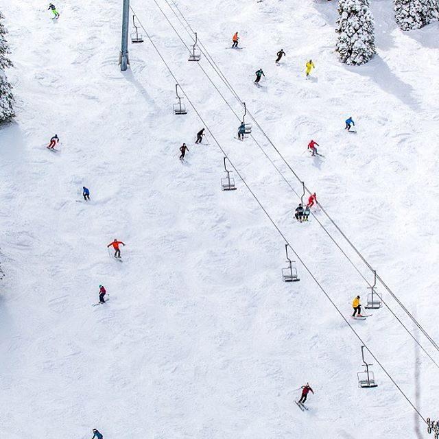 Una montaña nevada, una pista y su pendiente, la telesilla, los esquiadores, sno…