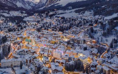Cortina d'Ampezzo asoma en los Alpes Dolomitas, al norte de Italia, y es el…